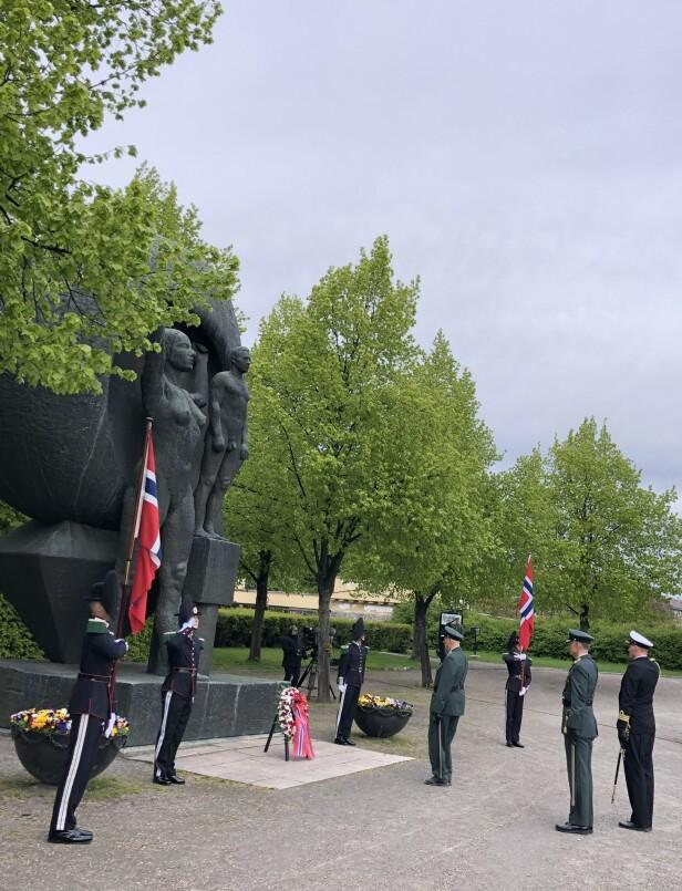 HONNØR: Kong Harald ved kransen som er blitt lagt ned foran Nasjonalmonumentet på Akershus festning. FOTO: Malini Gaare Bjørnstad