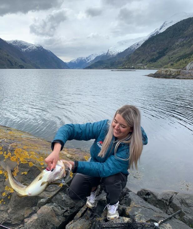 FISKEKJENNER: - Jeanette visste at det var en torsk allerede før fisken var dratt på land. FOTO: Heidi Løland-Andersen