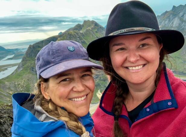 TURJENTER: To glade damer på Ryten i Lofoten sommer 2019. Gunhild (t.v.) og Helene har vært på mange overnattingsturer sammen. FOTO: Privat