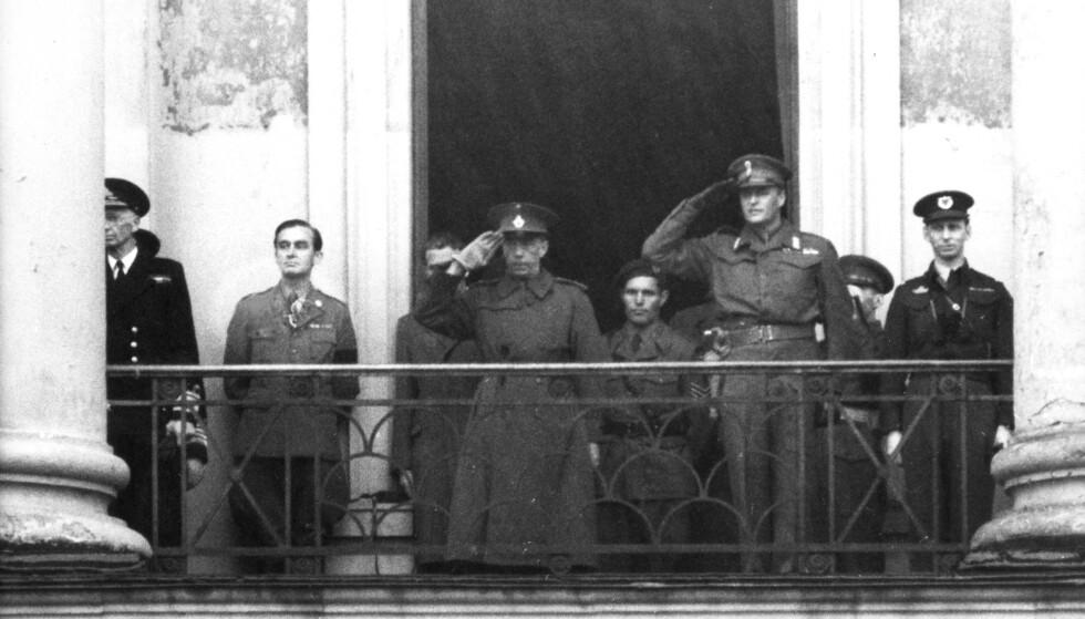 <strong>PÅ BALKONGEN:</strong> Kronprins Olav og Grev Folke Bernadotte (som sto for Hvite busser-aksjonen) fotografert på slottsbalkongen i Oslo 17. mai 1945. Olav kom til Norge fra London den 13. mai 1945. Kong Haakon og resten av kongefamilien kom 7. juni 1945. FOTO: NTB scanpix