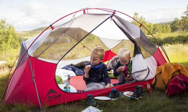 FAMILIEUTFLUKT: Å dra på overnatting ute i skogen kan være en morsom og givende aktivitet for hele familien. FOTO: Marius Nergård Pettersen