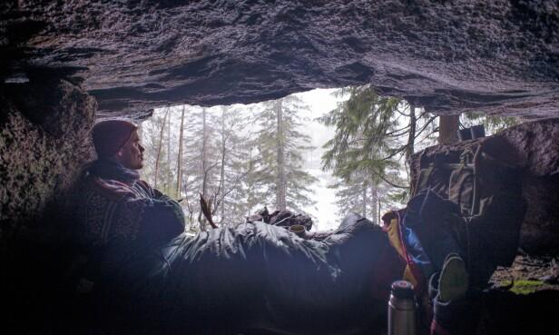 NATURLIG LY: Å sove ute trenger ikke å bety telt eller hengekøye - friluftsekspert Marius tipser i håndboken sin om at man kan fint kan bruke steinhellere som soveplass. Her fra Drammensmarka. FOTO: Marius Nergård Pettersen
