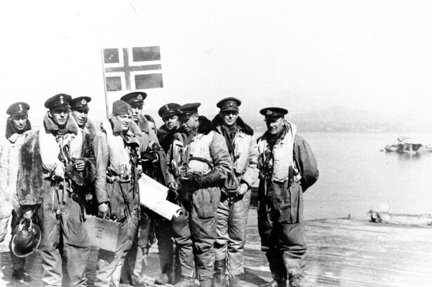 <strong>NORSKE STYRKER UNDER KRIGEN:</strong> Nordahl Grieg (nr. 2 fra høyre) med sine kamerater i det norske flyvåpen i 1942. Ett år senere ble han skutt ned over Berlin. FOTO: NTB scanpix