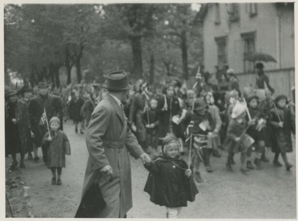 <strong>ALLER FØRSTE GANG:</strong> Fem barnekull fra Moss gikk for aller første gang i barnetog 17. mai 1945. FOTO: Mossebibliotekene / Digitalarkivet