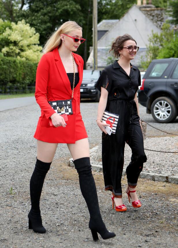 I BRYLLUP: Sophie Turner (t.v.) og Maisie Williams (t.h.) Foto: NTB Scanpix