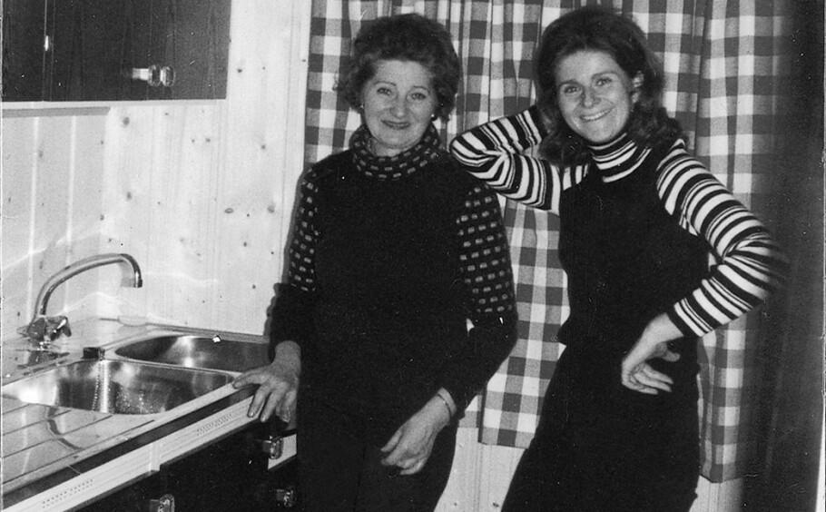 HOLOCAUST: Hytta Hermannsbu i Valdres ble et samlingspunkt for familien. Men det ble nærmest aldri snakket om krigen, hverken der eller hjemme. Her er professor og forfatter Irene Levin fotografert med moren Fanny Raskow. FOTO: Privat