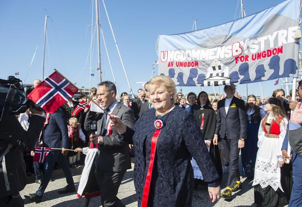 I BERGEN: Statsminister Erna Solberg veivet med flagget da hun gikk i Hovedprosesjonen i Bergen 17. mai 2018. FOTO: Marit Hommedal / NTB scanpix