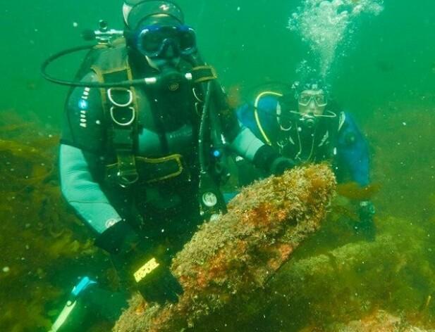 Erika har dykket siden hun var sju år gammel. Her er hun med på tokt under arbeid til en av Erik Bakkevigs bøker om skipsvrak. FOTO: Privat