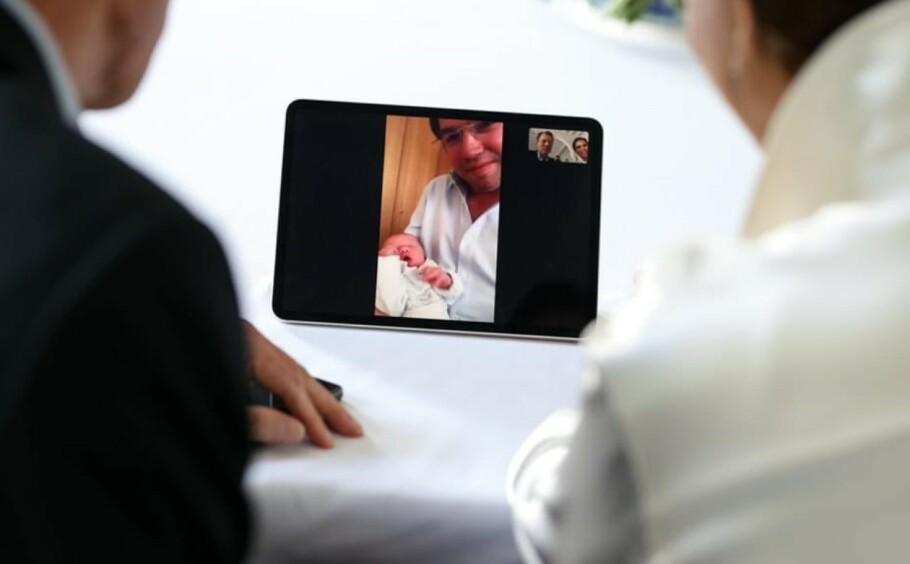 <strong>KONGELIG FØDSEL:</strong> Storhertugparet av Luxembourg, Maria Teresa og Henri, fikk se barnebarnet for aller første gang gjennom iPaden. FOTO: CGD/ S. Margue // Twitter