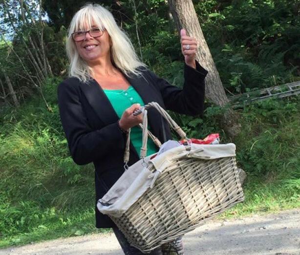 <strong>KOM OG KJØP!:</strong> Samantha Fox selger programmer på Hvaler, på konserten til Lindas sønn Adam. Samantha forteller til KK at hun elsker å være på Hvaler. FOTO: Samantha Fox/Fox2000