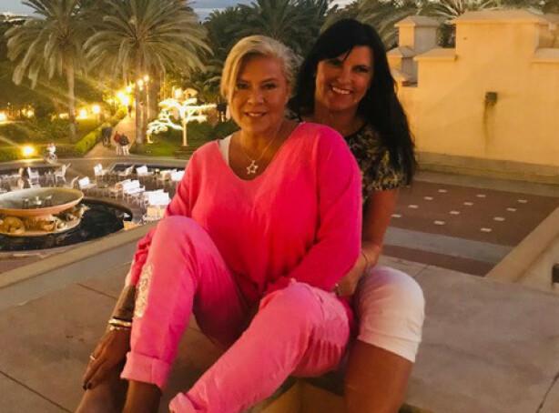 <strong>DAMER I VINDEN:</strong> Samantha og Linda er glade i å nyte livet, også på feire, og forteller til KK at de koser seg hjemme i London under korona-isolasjonen, med filmer og hagearbeid. FOTO: Samantha Fox/Fox2000