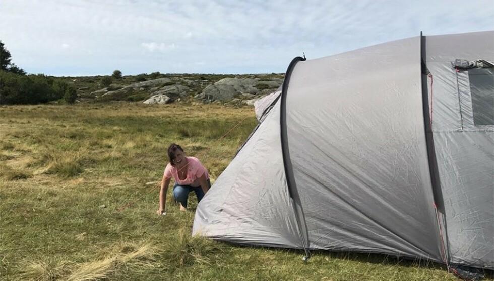 DER SATT DEN!: Teltet er oppe, og Linda og Samantha røper gjerne for KKs lesere hvor deres favorittsted er når de skal på telttur: FOTO: Samantha Fox/Fox2000