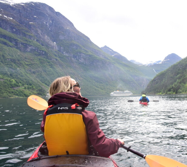 Fabelaktig å oppleve Geirangerfjorden helt nedenfra, mens vannet klukker og sola skinner. Foto: Ronny Frimann/Magasinet Reiselyst