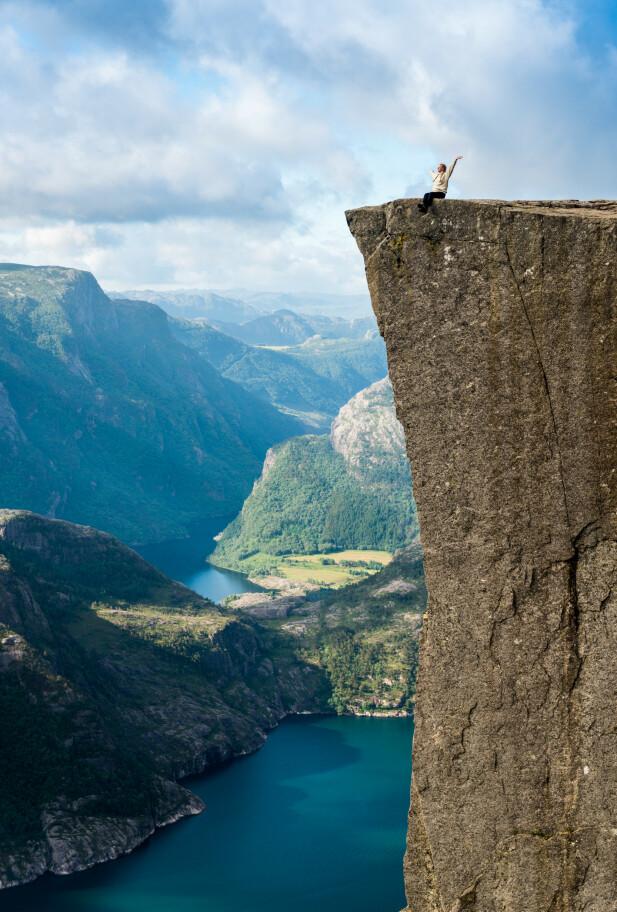 Kanskje den flotteste turistklisjeen Norge har å by på. Preikestolen er en opplevelse for livet. Foto: Paul Hughson/Magasinet Reiselyst