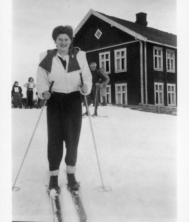NORSKE TRADISJONER: Fanny Raskow var svært glad i å gå på tur i skog og mark, og gjerne med ski på beina. Etter krigen fikk ekteparet Raskow seg hytte i Valdres. FOTO: Privat