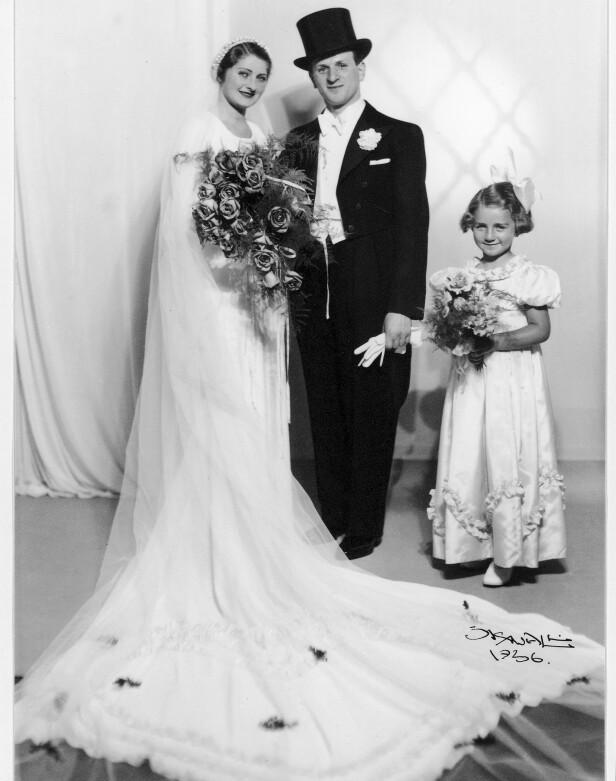 FASJONABELT: Fanny og Herman Raskow giftet seg 30. august 1936 - fire år før krigen brøt ut. De ble fotografert av fotograf Sjøwall, som var svært ettertraktet blant fiffen og de kongelige. Til høyre brudepike og niese Sylvi. FOTO: Privat