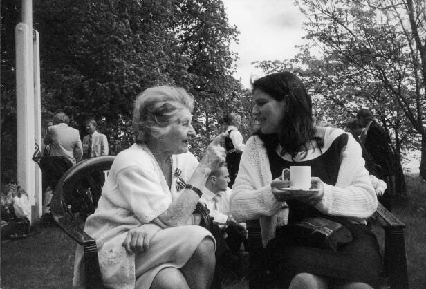 ÅPNET OPP: Fanny Raskow med barnebarnet Trine Levin. På sine eldre dager åpnet Fanny opp om det hun hadde opplevd og snakket om tapet av de hun hadde mistet. FOTO: Privat