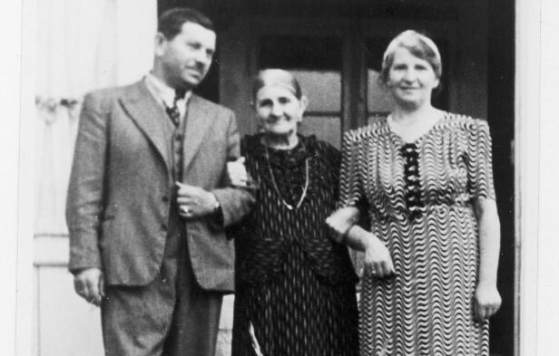 BORTE: Fannys far Rubin Pinkowitz og bestemor Golde Scheer (midten) ble drept i Auchwitz. Mormoren Dora (t.h.) kom seg i sikkerhet i Sverige med datteren Fanny og svigersønnen Herman. Dette bildet er tatt på landstedet familien eide på Nesodden før krigen. FOTO: Privat