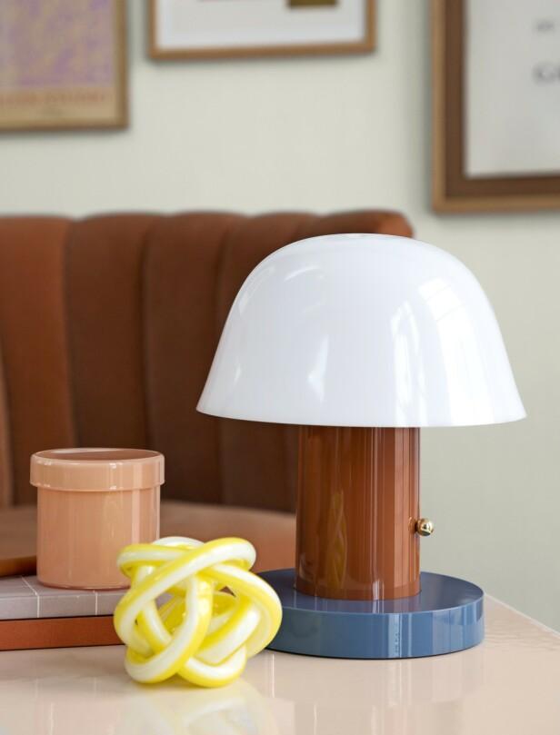 Knute i glass og krukke med lokk (begge fra Hay). Lampe (&tradition) og notisbøker (Notem Studio). FOTO: Pernille Enoch