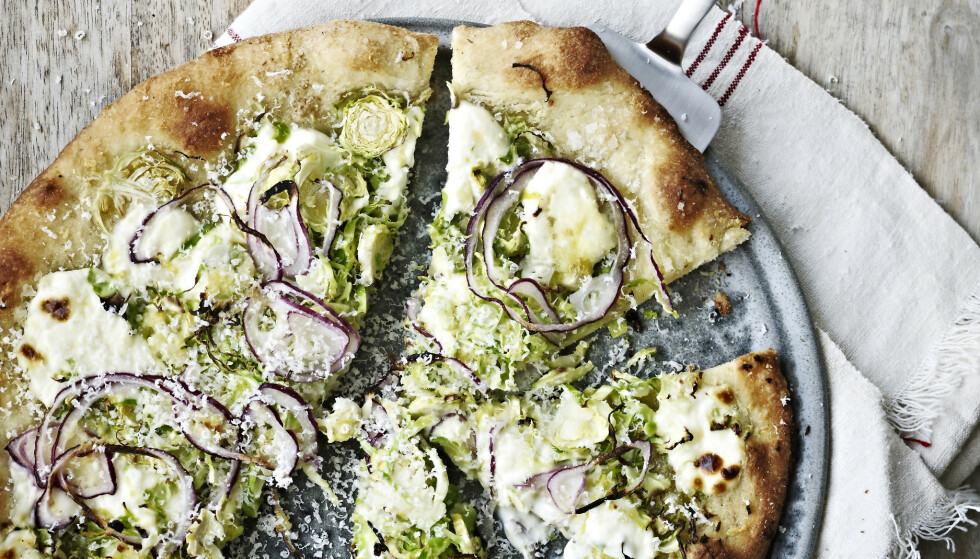 OPPSKRIFTER: Pizza med rosenkål, rødløk og mascarpone. FOTO: Aller media