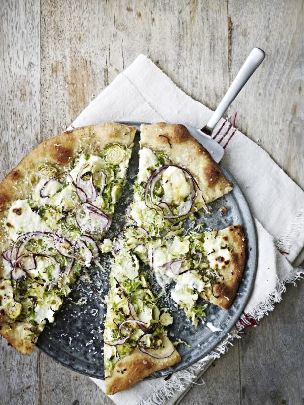 Rosenkål på pizza? Jepp, det smaker overraskende godt sammen med den milde ferskosten og løken.