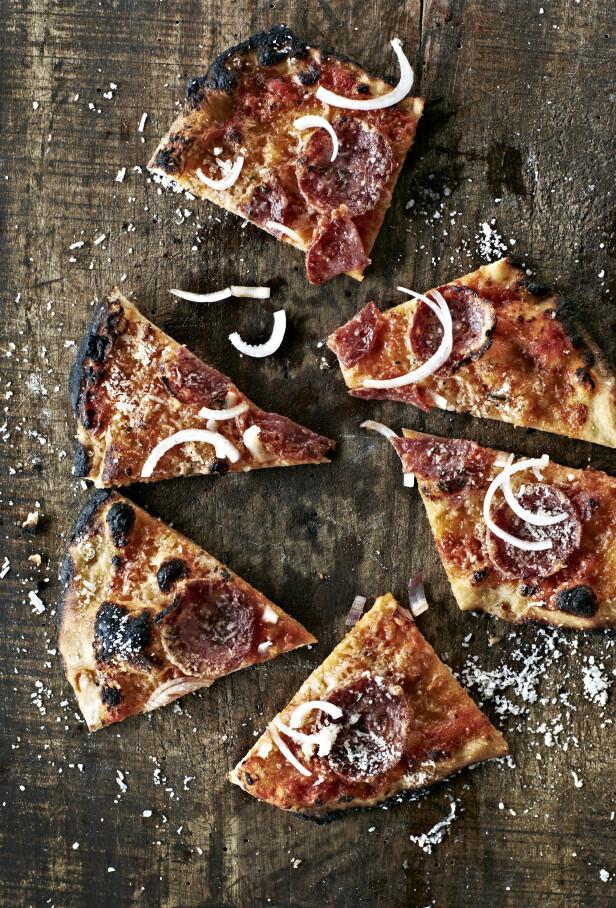 En godt krydret pølse fungerer alltid prima som topping på en pizza. Tips! Det er mange gode pølser å få, velg den du liker best - som italiensk salami med trøffel, chili eller svart pepper.