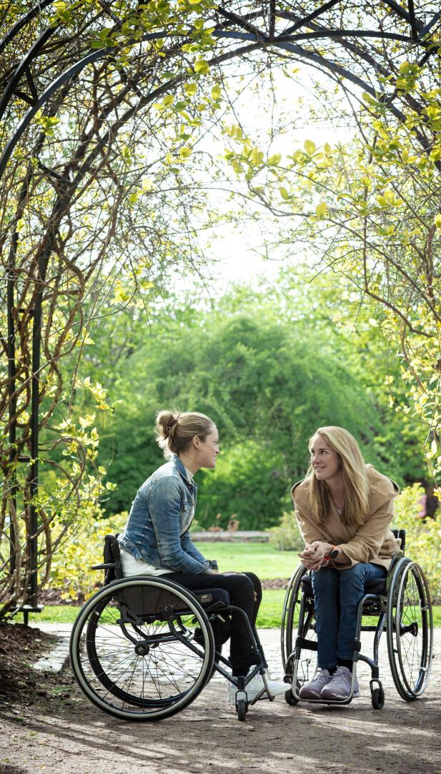HJELP: -Det har gått overraskende greit, svarer Christine om det å brått være avhengig av rullestol. -Jeg har hele tiden hatt noe å jobbe mot og ikke gitt opp, selv om det har tatt tid. Der har Birgit vært en god hjelp, hun har hatt samme innstilling. FOTO: Astrid Waller