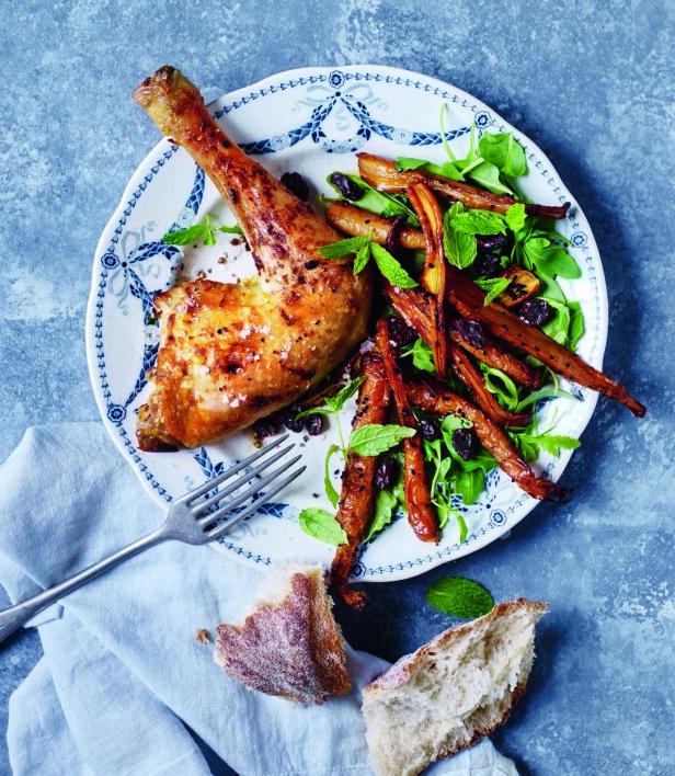 Hvis du har tid, kan du la kyllinglårene trekke i sitrusmarinaden natten over. Tips! Gulrøtter er suverene å bake i ovnen og passer som tilbehør til kylling. FOTO: Nina Malling