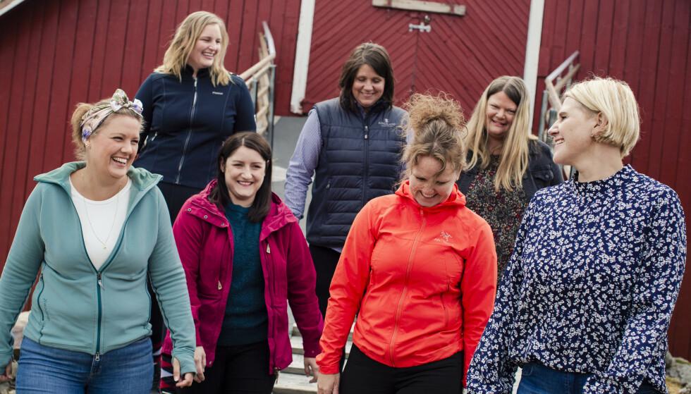 GJENGEN: En glad gjeng på låvebrua hos Mona.  Bak fra venstre: Trine, Hanne og Mette.  Foran fra venstre: Andrine, Heidi, Vibeke og Mona.  Alle damene er medlem av Saksumdal Helselag, som er et lokallag av Nasjonalforeningen for folkehelsen. FOTO: Astrid Waller