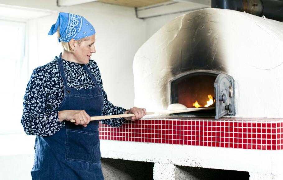 INNFØDT: Mona er tredjegenerasjons saksumdøl på småbruket Stugulykja i Lillehammer. Her bor hun sammen med sin mann og deres to sønner. Hun har bodd i Saksumdal hele livet, og trives godt med det rolige livet på landet. FOTO: Astrid Waller