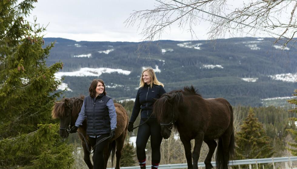 TIL HEST: Hanne og Trine kom ridende til dagens treff. Hestene Adam (12) og Tyr (13) tilhører Hanne. Hun er den eneste som fremdeles er gardkjerring på en gård med dyr. FOTO: Astrid Waller