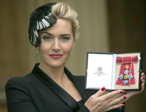 ROYAL UTMERKELSE: Kate Winslet i 2012, da hun ble utnevnt til Kommandør i den britiske imperieorden på Buckingham Palace. Ifølge Kate skal hun og dronningen ha diskutert morsrollen under mottagelsen. FOTO: NTB Scanpix