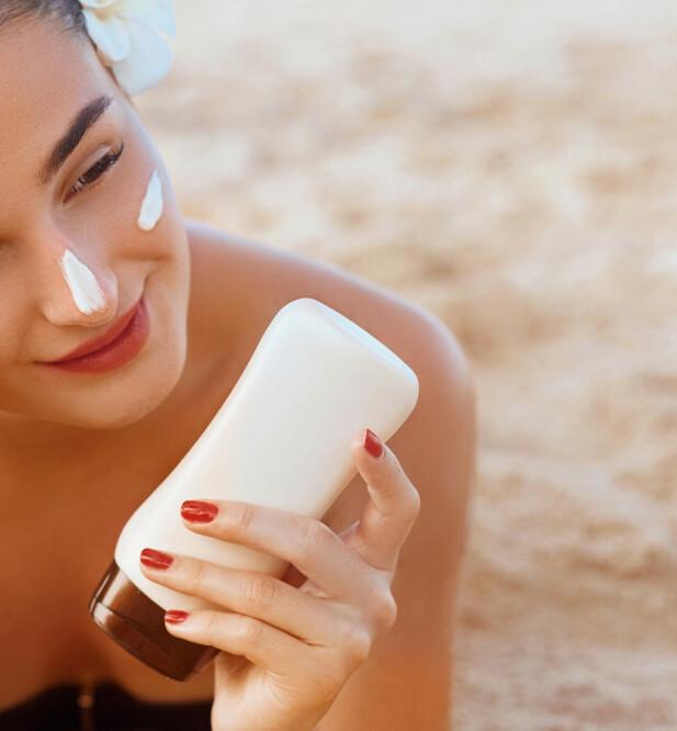<strong>SMØR RIKTIG:</strong> Smør deg før du går ut i solen, og så gjerne igjen etter en time. Foto: NTB Scanpix