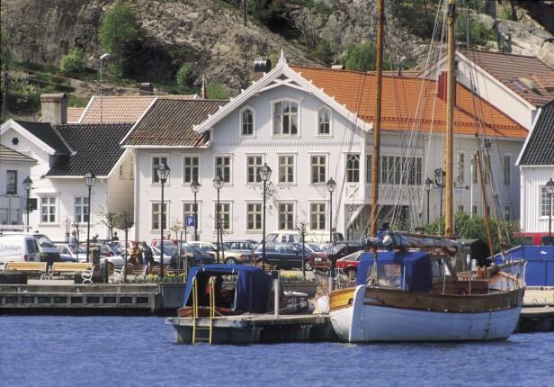 DET BLIDE SØRLANDET: Har du ikke vært i Lillesand, bør du tenke på det nå.En av Sørlandets aller koseligste, hvite byer. Og med det ærverdige hotellet på kaikanten. Foto: hotellet.