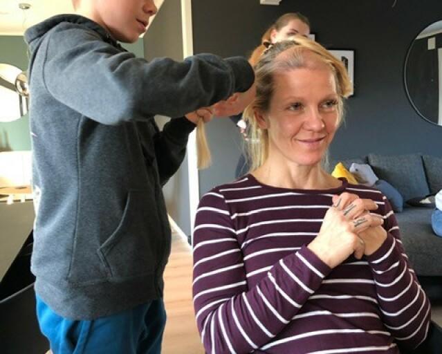 BARNA HJALP: Da håret begynte å falle av som følge av stråling og cellegift, bestemte Monica seg for å barbere hodet. Her får hun hjelp av sønnen Kristoffer. FOTO: Privat