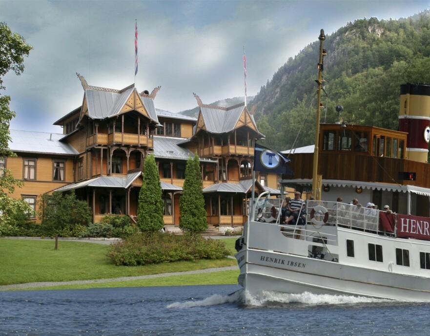 FERIEEVENTYR: For enden av kanalsystemet og slusene i Telemark ligger eventyrslottet Dalen hotell. Aller mest stas er det selvsagt å ankomme med kanalbåten Henrik Ibsen! Foto: Dalen Hotel