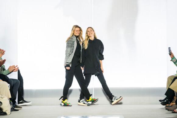 FAST INNSLAG PÅ PROGRAMMET: Susanne Holzweiler og Maria Skappel Holzweiler etter visningen i København i januar 2019. FOTO: RITZAU SCANPIX/MARTIN SYLVEST/ VIA REUTERS.