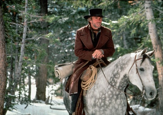 <strong>ME AND MY PONY:</strong> Clint Eastwood i «Pale Rider» fra 1985, som Eastwood selv regisserte. FOTO: NTB Scanpix
