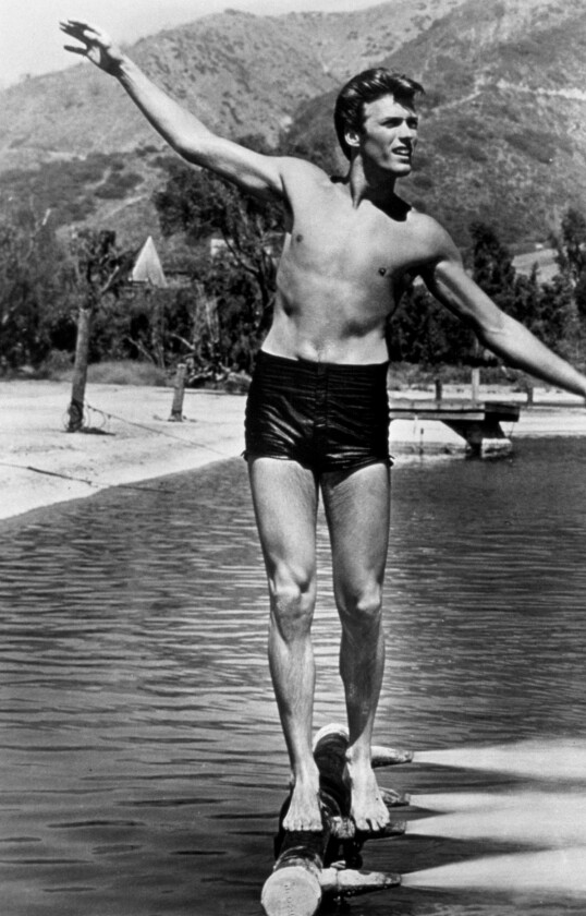 <strong>PÅ JEVNE REKKER!:</strong> Han skal ha hatt funksjon som svømmeinstruktør da han var i militæret. Her fra filmsettet i 1955. FOTO: NTB Scanpix