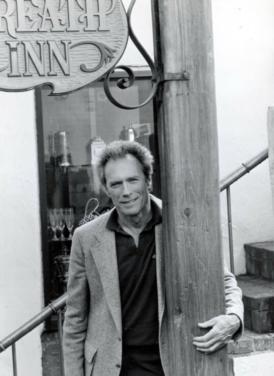 <strong>STOLT PUBEIER:</strong> Clint Eastwood under kampanjen for å bli ordfører i Carmel-by-the-sea California i 1986. Her utenfor puben han eide, Hogs Breath Inn. FOTO: NTB Scanpix