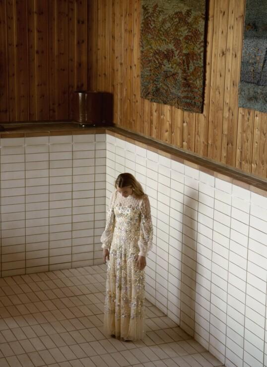 – Jeg er ikke en person som har stort behov for alenetid, sier Marte Bratberg. Kjole fra Needle & Thread hos Moniker og øredobber fra Glitter. FOTO: Julie Pike