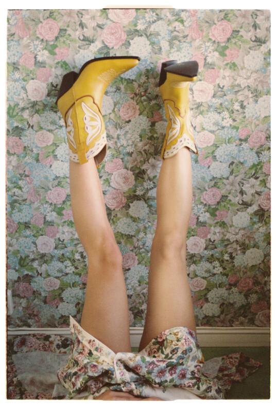 – Jeg er så glad i det livet jeg lever for øyeblikket. Den friheten jeg har, sier Marte. Boots fra Jeffrey Campbell hos Zalando. FOTO: Julie Pike
