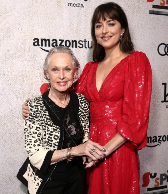 UTRADISJONELL BESTEMOR: Dakota Johnson og bestemor Tippi Hedren i 2018. FOTO: NTB Scanpix