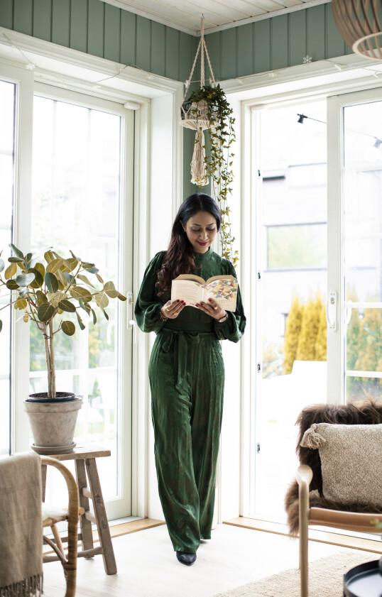 GLAD I Å LESE: Til Abids store fortvilelse bruker Nadia ekstremt mye tid bak bokpermene - gjerne for seg selv i en liten krok. FOTO: Astrid Waller