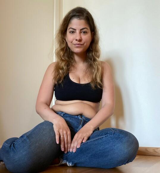 ÆRLIG: Sara Mäkiperä er lei av å la seg påvirke av kroppspress og utseendefokus, og ønsker å dele sanne kroppsbilder med følgerne sine. FOTO: Privat