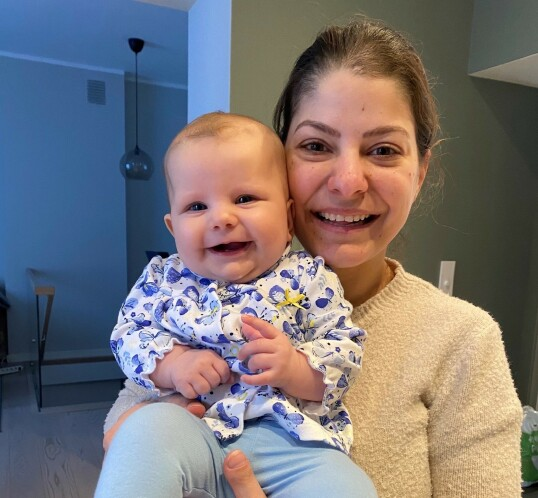MOR OG DATTER: Sara med datteren Ella. Hun ønsker at datteren skal vokse opp i et hjem der fokus på kropp er av det positive slaget. FOTO: Privat