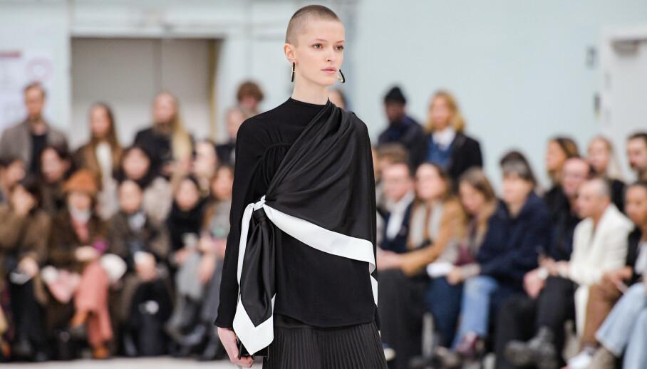 KUL STYLING: Sjekk hvordan silkeskjerfet ble brukt under denne By Malene Birger-visningen! Foto: Copenhagen Fashion Week