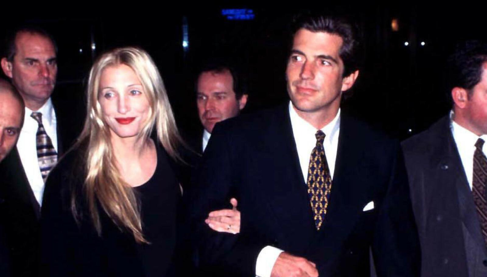 JFK JR. OG CAROLYN BESSETTE: De ble regnet for å være 90-tallets hotteste par. Så styrtet småflyet han flydde Dette bildet er fra 1999. FOTO: NTB scanpix