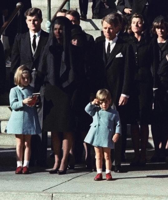 <strong>EN SISTE HILSEN:</strong> Dette bildet, av John F. Kennedy Jr. som sender en siste hilsen til sin far, er blitt ikonisk. Bildet ble tatt under president Kennedys begravelse, som ble avholdt 25. november 1963 - på John-Johns treårsdag. FOTO: NTB scanpix