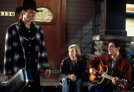 GODE TIDER: River Phoenix sammen med kjæresten Samantha Mathis og Dermot Mulroney, i en scene fra filmen «Thing called love» i 1993. FOTO: NTB Scanpix